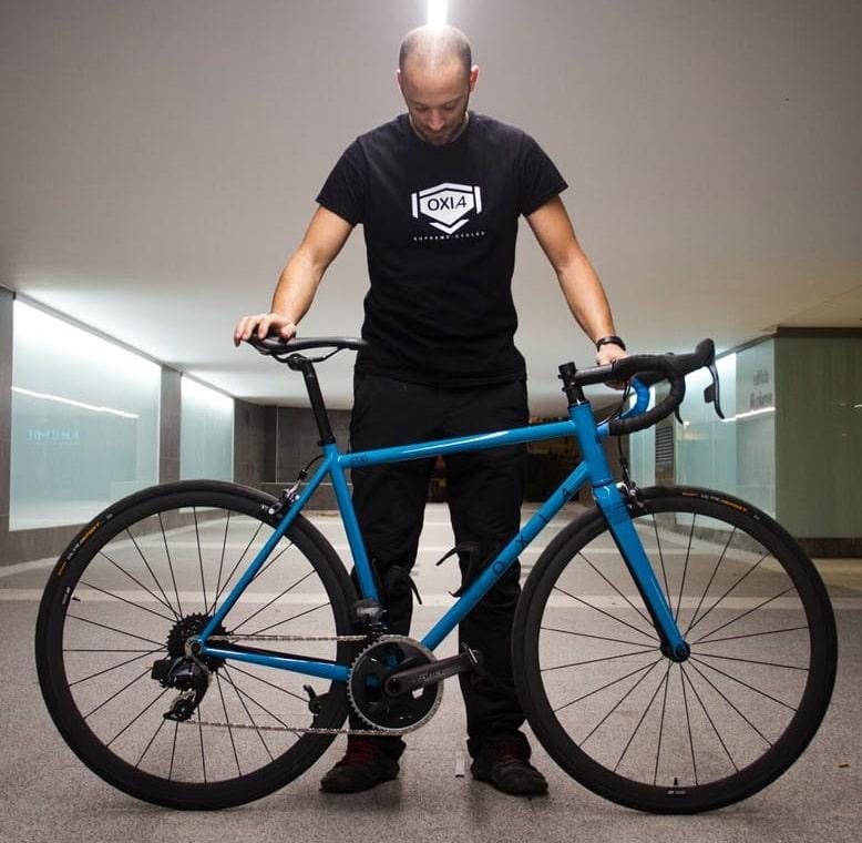 Carlos con una bicicleta de carretera oxia