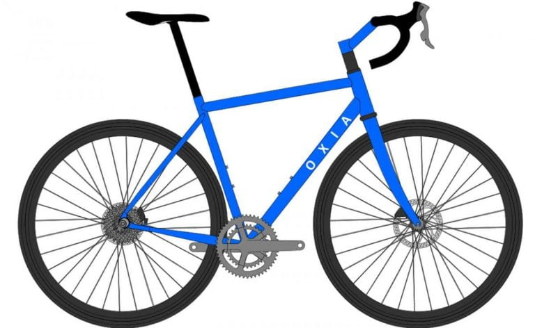 bicicleta pequeña a un ciclista alto